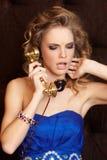 Herrliche blonde Frau im blauen Kleid Stockfotografie