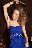 Herrliche blonde Frau im blauen Kleid Stockbild