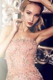 Herrliche blonde Frau im eleganten Pailletten-Kleid Lizenzfreie Stockfotografie