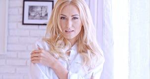Herrliche blonde Frau, welche die Kamera betrachtet Lizenzfreie Stockbilder