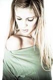 Herrliche blonde Frauenaufstellung lizenzfreies stockbild