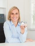 Herrliche blonde Geschäftsfrau, die Miniatur zeigt Stockbild