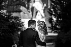 Herrliche blonde junge Braut und reizend Bräutigam, die bei Sonnenuntergang aufwirft Lizenzfreie Stockbilder