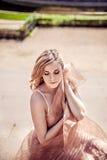 Herrliche blonde junge Frau Stockfoto