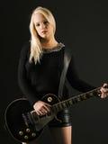 Herrliche blonde spielende E-Gitarre Stockbild