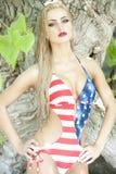 Herrliche blonde tragende amerikanische Flagge Lizenzfreie Stockfotos