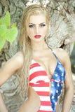 Herrliche blonde tragende amerikanische Flagge Lizenzfreies Stockbild