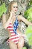 Herrliche blonde tragende amerikanische Flagge Stockbilder