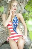 Herrliche blonde tragende amerikanische Flagge Lizenzfreie Stockfotografie