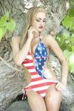 Herrliche blonde tragende amerikanische Flagge Stockfoto