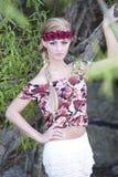 Herrliche blonde tragende Blumen-Krone Lizenzfreie Stockfotografie