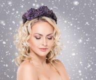 Herrliche blonde tragende gleichkrone der purpurroten Blume mit einem enigmat Lizenzfreie Stockbilder