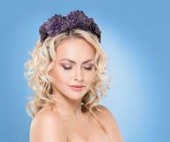 Herrliche blonde tragende gleichkrone der purpurroten Blume mit einem enigmat Stockfotos