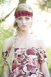 Herrliche blonde tragende rote Rose Crown Lizenzfreies Stockfoto