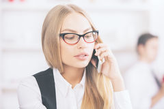 Herrliche blonde weibliche Unterhaltung am Telefon Stockfotos