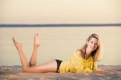 Herrliche Blondine auf dem Strand Lizenzfreies Stockfoto