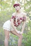 Herrliche Blondine in der roten Blumen-Krone Lizenzfreie Stockbilder