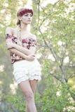 Herrliche Blondine in der roten Blumen-Krone Stockfotos