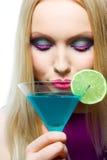 Herrliche Blondine mit Cocktail Stockbilder