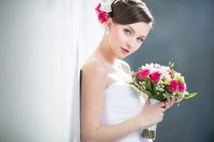 Herrliche Braut an ihrem Hochzeitstag Stockbild