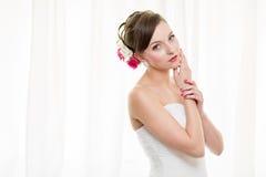 Herrliche Braut an ihrem Hochzeitstag Stockfotos