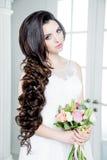 Herrliche Braut im Luxushochzeitskleid Braut Stockfotos