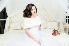 Herrliche Braut im Luxushochzeitskleid Braut Stockfotografie