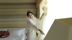 Herrliche Braut im Luxuskleid wird zur Heirat fertig stock video footage