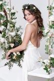 Herrliche Braut mit Blumen lizenzfreie stockbilder
