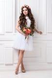 Herrliche Braut mit Blumen stockfotos