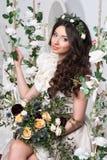 Herrliche Braut mit Blumen lizenzfreies stockfoto