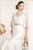 Herrliche Braut mit weißem Kleid mit Blumenblumenstrauß lizenzfreie stockfotos
