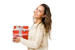 Herrliche Brunettefrau, die roten Geschenkkasten anhält Stockfotos