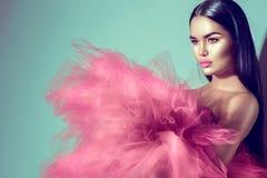 Herrliche Brunettemodellfrau im purpurroten Kleid Lizenzfreies Stockbild