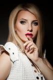 Herrliche erwachsene blonde Frau auf schwarzem Hintergrund Stockfotografie