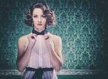 Herrliche Frau auf Weinleseart Wand mit Retro- Blick Lizenzfreie Stockfotos