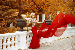 Herrliche Frau der Mode in flatterndem Kleid Schönes elegantes La Stockbilder