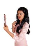 Herrliche Frau, die auf Make-up sich setzt Lizenzfreie Stockfotos