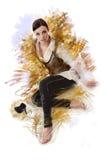 Herrliche Frau, die in einer Haltung mit von Hand gezeichneten ausdrucksvollen Linien um sie sitzt Stockfotografie