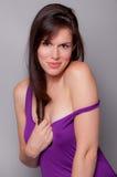 Herrliche Frau, die Flirtatiously am Projektor lächelt Lizenzfreie Stockbilder