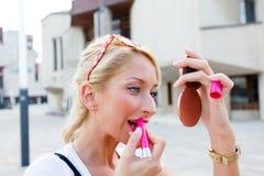 Herrliche Frau, die Lipgloss anwendet Lizenzfreies Stockfoto