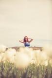 Herrliche Frau im blauen Kleid auf dem Tulpengebiet Stockbilder