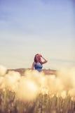 Herrliche Frau im blauen Kleid auf dem Tulpengebiet Lizenzfreies Stockbild