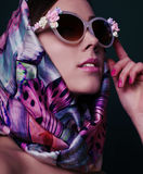 Herrliche Frau im Retrostil, mit elegantem silk Schal stockbilder