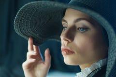 Herrliche Frau im schwarzen Hut stockfotografie