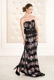 Herrliche Frau im schwarzen langen Kleid lizenzfreie stockfotos