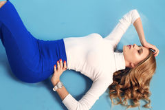 Herrliche Frau mit dem blonden gelockten Haar in der eleganten Kleidung Stockfotos