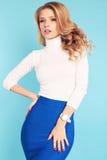 Herrliche Frau mit dem blonden gelockten Haar in der eleganten Kleidung Lizenzfreies Stockfoto