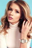 Herrliche Frau mit dem blonden gelockten Haar in der eleganten Kleidung Stockbilder