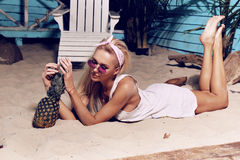 Herrliche Frau mit dem blonden Haar, das auf Strand sich entspannt Lizenzfreie Stockfotos